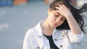 Привлекательная моложавая фантастическая кавказская девушка смотрит в камере, позже том используя ее smartphone и хлопает ее кори акции видеоматериалы