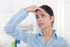 Привлекательная молодая азиатская секретарша имеет мигрень или головную боль на  Стоковая Фотография RF