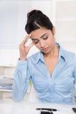 Привлекательная молодая азиатская секретарша имеет мигрень или головную боль. Стоковая Фотография RF