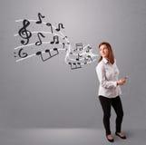 Привлекательная молодая дама пея и слушая к нот с musica Стоковое Фото