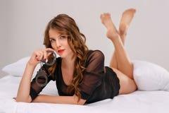 Привлекательная молодая дама с наручниками Стоковые Фотографии RF
