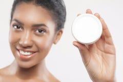 Привлекательная молодая африканская женщина заботить кожи стоковые фотографии rf