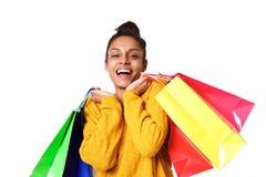 Привлекательная молодая африканская женщина с хозяйственными сумками Стоковое Изображение
