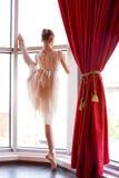 Привлекательная молодая балерина около окна Стоковое Изображение