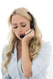 Привлекательная молодая бизнес-леди используя шлемофон телефона Стоковая Фотография RF
