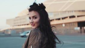 Привлекательная молодая женщина брюнет поворачивает к камере и дает alluring взгляд, касается ее волосам, закручивает камерой акции видеоматериалы