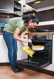 Привлекательная молодая женщина в кухне стоковая фотография