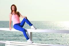 Привлекательная молодая женщина девушки смотря на море Стоковое Изображение RF