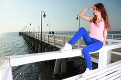 Привлекательная молодая женщина девушки смотря на море Стоковая Фотография RF