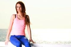 Привлекательная молодая женщина девушки смотря на море Стоковая Фотография