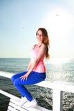 Привлекательная молодая женщина девушки смотря на море Стоковые Фото
