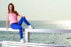 Привлекательная молодая женщина девушки смотря на море Стоковые Фотографии RF