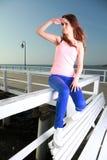 Привлекательная молодая женщина девушки смотря на море Стоковые Изображения