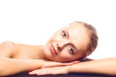 Привлекательная молодая женщина лежа на ее руках Стоковые Изображения RF