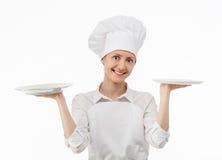 Привлекательная молодая женщина держа 2 пустых плиты Стоковая Фотография RF