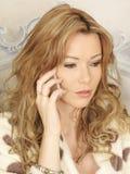 Привлекательная молодая женщина держа сотовый телефон мобильного телефона Smartphone Стоковые Изображения RF