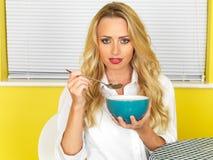 Привлекательная молодая женщина есть суп Стоковые Изображения