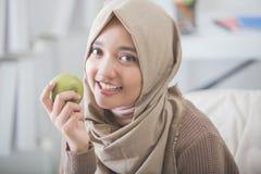 Привлекательная молодая женщина есть яблоко диетпитание принципиальной схемы стоковая фотография rf