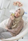 Привлекательная молодая женщина есть яблоко диетпитание принципиальной схемы стоковые фотографии rf