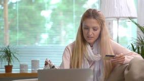 Привлекательная молодая женщина делая онлайн кредитную карточку польз приобретений тележка акции видеоматериалы