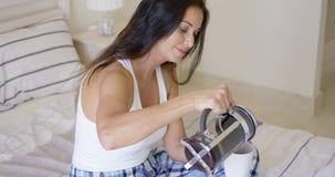 Привлекательная молодая женщина лить свежий кофе Стоковые Изображения