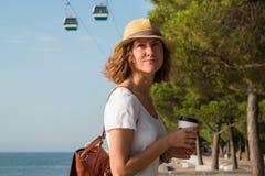 Привлекательная молодая женщина идя в Лиссабон около реки Tajus на парке наций Стоковое фото RF