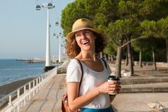 Привлекательная молодая женщина идя в Лиссабон около реки Tajus на парке наций Стоковое Фото