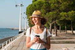 Привлекательная молодая женщина идя в Лиссабон около реки Tajus на парке наций Стоковая Фотография