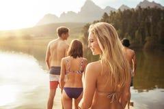 Привлекательная молодая женщина идя с друзьями на моле Стоковое фото RF