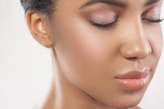 Привлекательная молодая женщина мулата с ровной кожей стоковая фотография rf