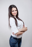 Привлекательная молодая женщина над серой предпосылкой Стоковое фото RF