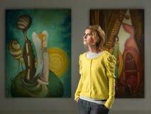 Привлекательная молодая женщина на художественной выставке Стоковая Фотография