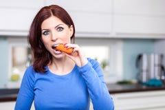 Привлекательная женская подготовляя еда стоковая фотография