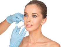 Привлекательная молодая женщина получает косметическую впрыску botox стоковое изображение rf