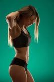 Привлекательная молодая женщина разрабатывая с гантелями - fitne бикини Стоковые Изображения