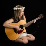 Привлекательная молодая женщина с акустической гитарой Стоковое фото RF