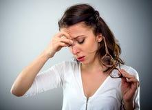 Привлекательная молодая женщина с головной болью стоковое фото rf