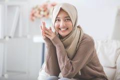 Привлекательная молодая женщина с головной усмехаться шарфа стоковое фото rf