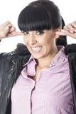 Привлекательная молодая женщина с пальцами в ее уши поэтому она не может ее любой шум Стоковые Фото