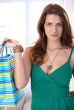 Привлекательная молодая женщина с хозяйственными сумками стоковые изображения