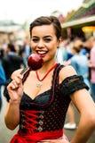 Привлекательная молодая женщина с яблоком влюбленности на стоковые изображения rf