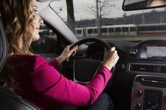 Привлекательная молодая женщина управляя автомобилем Стоковая Фотография RF