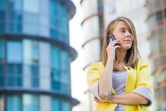 Привлекательная молодая женщина businness с умным телефоном в городе Стоковое Фото