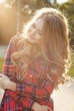 Привлекательная молодая модель при закрытые глаза представляя на улице внутри Стоковое Изображение RF