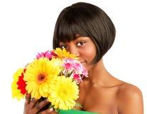 Чернокожая женщина с цветками стоковые изображения rf