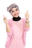 Привлекательная мусульманская женщина давая большие пальцы руки вверх Стоковое фото RF