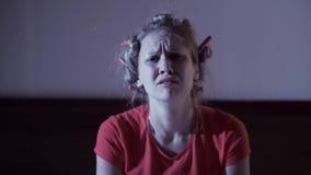 Привлекательная несчастная молодая женщина в кровати акции видеоматериалы