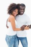 Привлекательная пара в соответствовать одевает усмехаться на камере стоковые изображения