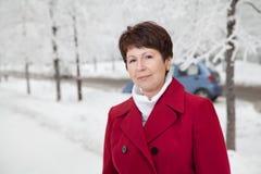 Привлекательная пожилая женщина на улице зимы снежной Стоковое Изображение