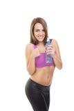Привлекательная положительная женщина фитнеса держа бутылку с водой Стоковые Изображения RF